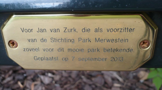 Onthulling herdenkingsbank voor Jan van Zurk